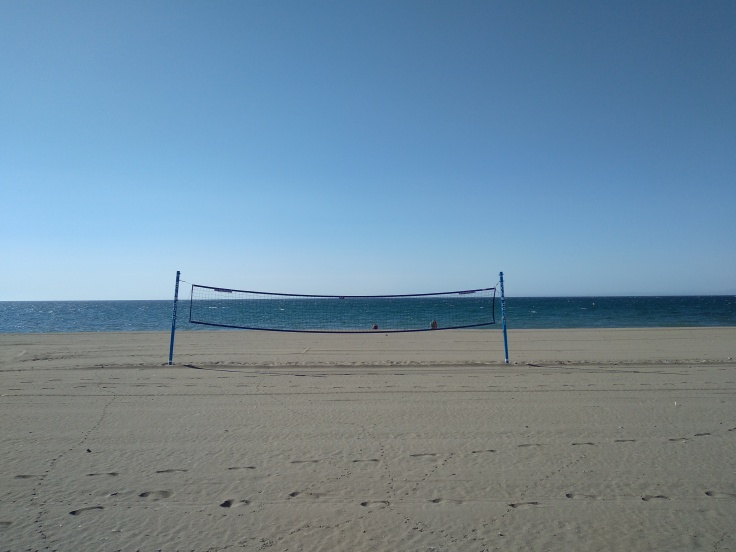 beachvolleyballen-op-het-strand-bij-de-boulevard-van-estepona-vakantie-spanje-costa-del-sol-1