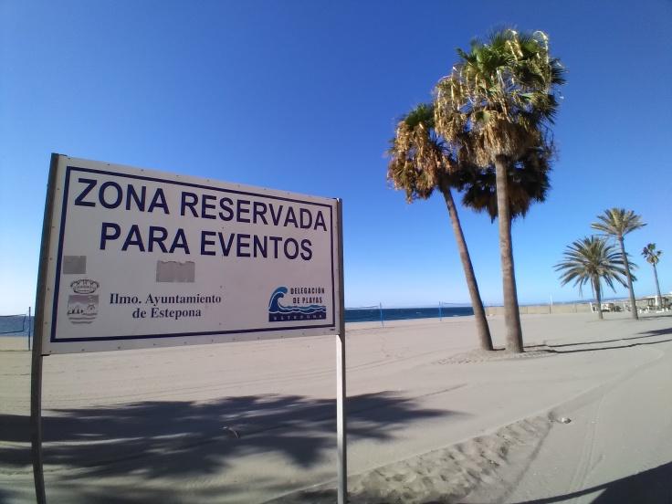 bord-aan-het-strand-aan-de-boulevard-van-estepona-vakantie-spanje-costa-del-sol-1