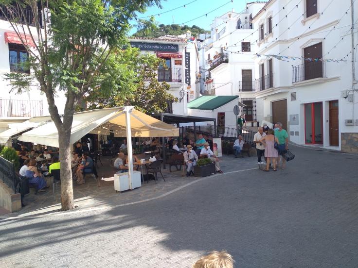 casares-mooi-dorpje-in-de-bergen-vlakbij-estepona-gezellig-plein-met-cafe-en-restaurants-1