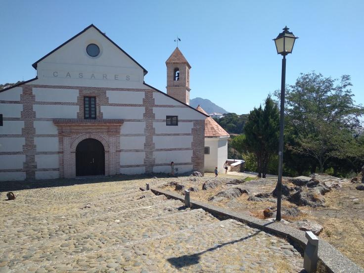 casares-mooi-dorpje-in-de-bergen-vlakbij-estepona-kerk-bovenop-de-berg-in-het-dorp-1