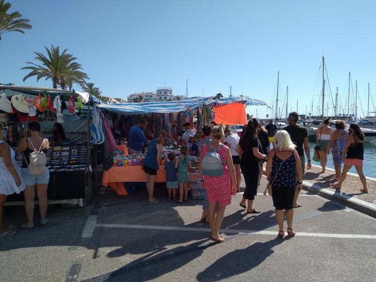 de-markt-op-zondag-in-de-haven-van-estepona-vakantie-costa-del-sol-1