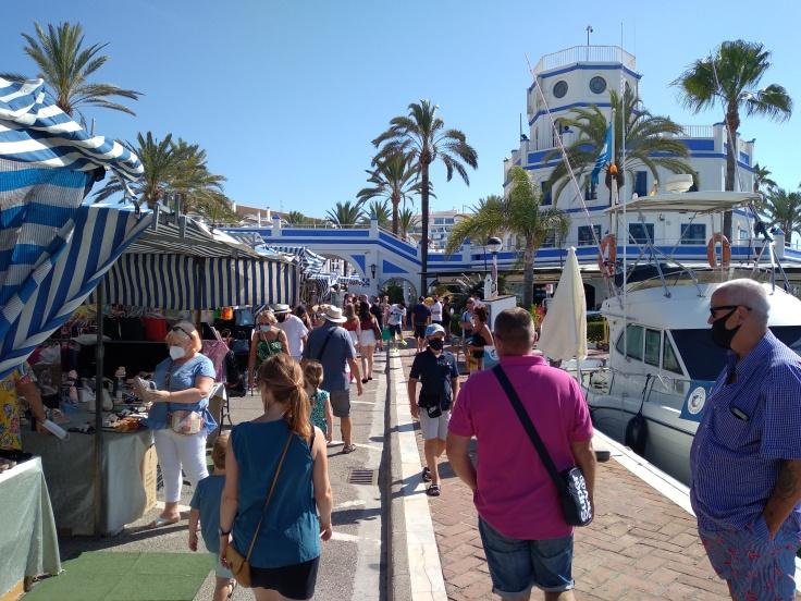 de-markt-op-zondag-in-de-haven-van-estepona-vakantie-costa-del-sol-7u-1