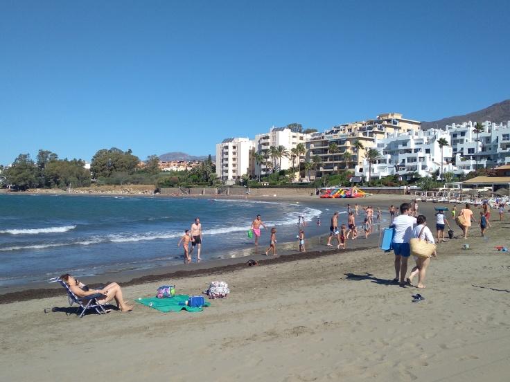 kindvriendelijke-baai-met-zandstrand-nabij-de-haven-van-estepona-vakantie-spanje-costa-del-sol-1