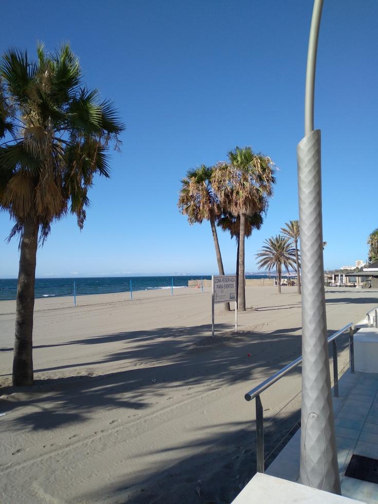 strand-in-centrum-aan-boulevard-estepona-vakantie-spanje-costa-del-sol