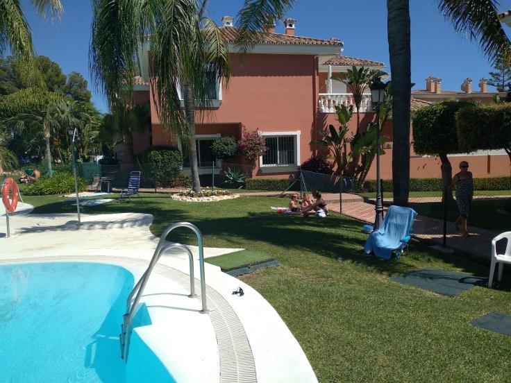 zwembad-bij-appartement-in-estepona-heerlijk-plonzen